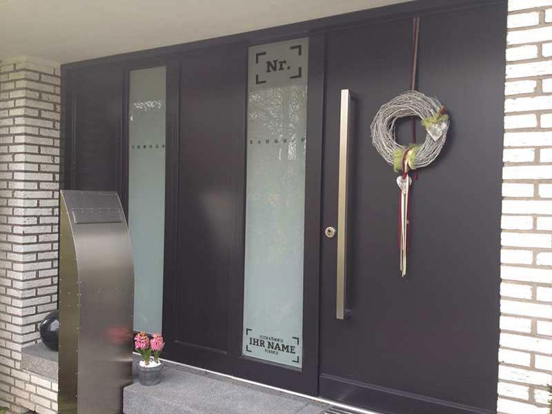 Haustür mit Seitenteil aus Glas, satiniert
