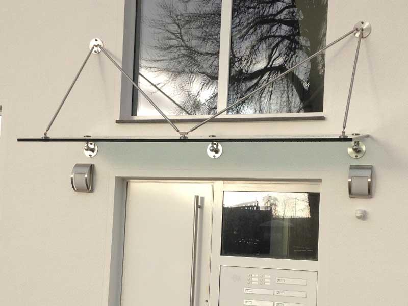 Vordach aus Glas - punktgehalten mit Sonderkonstruktion