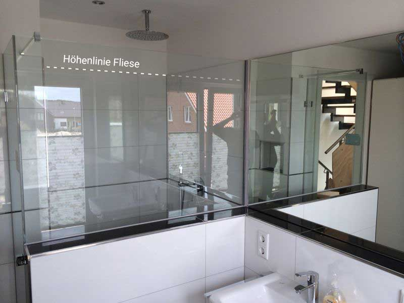 Duschtrennwand aus Glas und Badspiegel