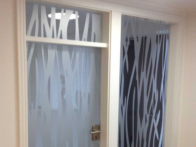 Glastür mit Seitenteil und Oberlicht, sandgestrahlt - Motiv individuell