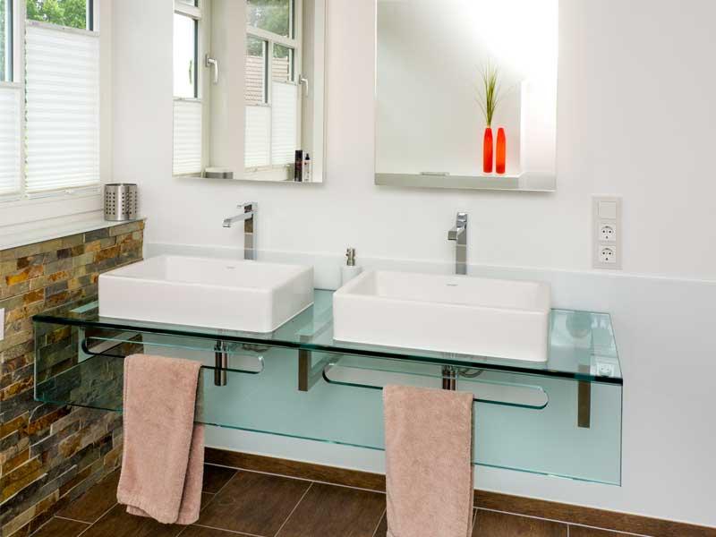 Glaswaschtisch und Spiegelschrank, individuell gefertigt