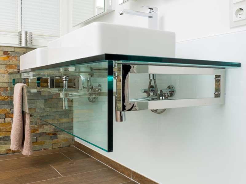 Waschtisch aus Glas mit Spiegelschrank